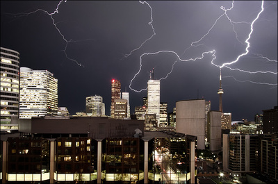 Lightning_storm_cn_tower_03